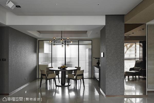 餐厅主墙与入门处立面使用石头漆来铺述,营造达到与原石相仿的视觉效果。