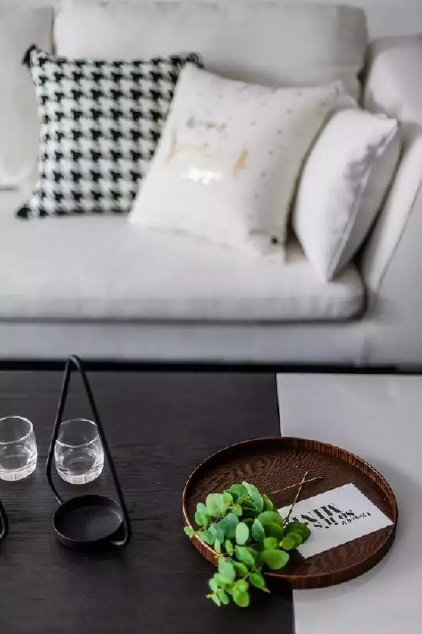 ◆北欧风的沙发搭配宜家风的原木茶几,特别是白色和有黑色的色差对比,绝对有一种朴实自然气质,有木有?