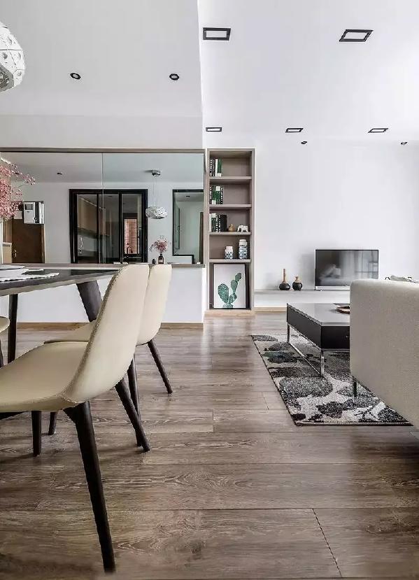 餐厅使用了大面积的镜面,强化空间透视的立体感与层次感,如果你总是觉得客厅和餐厅不好过渡,其实可以选择用装饰柜啊,不但能很好的分割空间,还能起到超强的收纳作用!
