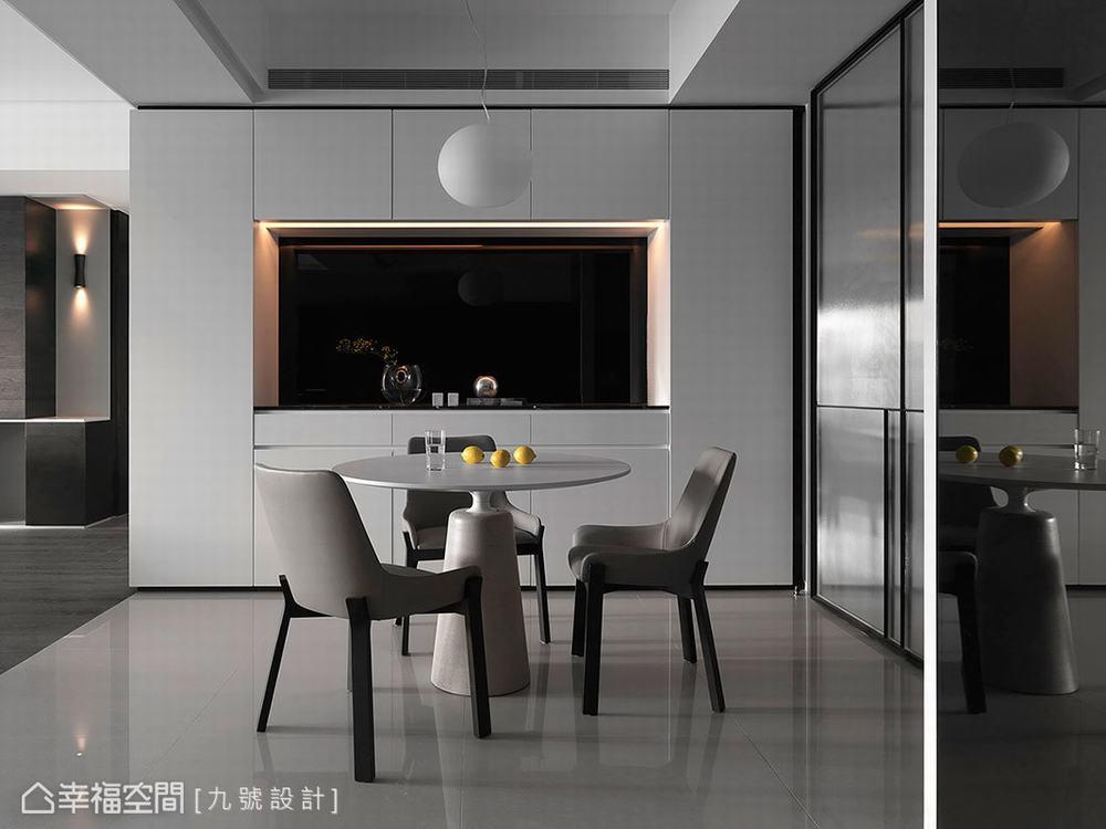 二居 现代 餐厅图片来自幸福空间在低彩度铺陈 175平简约个性宅的分享