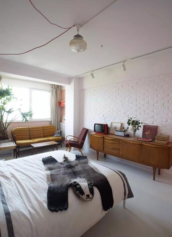 卧室里做文化砖的墙面,比较适合做工业风的卧室,这种装饰让卧室更具文艺气息,效果也是很棒的;