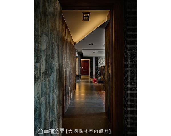 从廊道尽头往玄关望去,深褐色木质门板复刻老上海场景,空间古今兼容表现出时间的流动,让人有种时空错落的感觉。