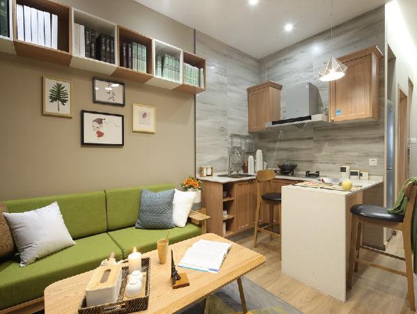 沙发背景墙的位置做了几组柜子,既可以做储物柜,又可以做书柜,满足家里的储物需求,而且不失美观。