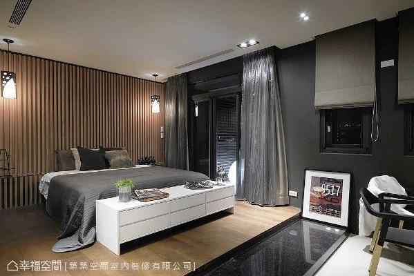 为围塑与公共场域相同的设计元素,主卧房以格栅床头及深色漆面来铺述一贯的美感。