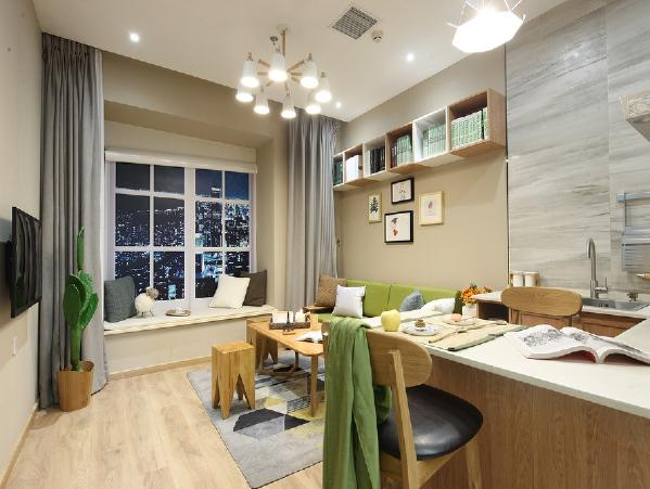 因为没有单独餐厅的位置,在橱柜这边做了一个小倒台,做饭的时候既可以满足烹饪需求,又可以做餐桌使用,厨房也是选择了开放式的,没有墙体的束缚,视觉上空间变大了。
