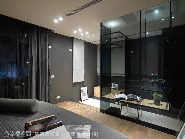 小孩房的书桌配置,迥异于既定的靠墙规划,透过转向及穿透感的玻璃,营造彷佛精品旅店的设计感。