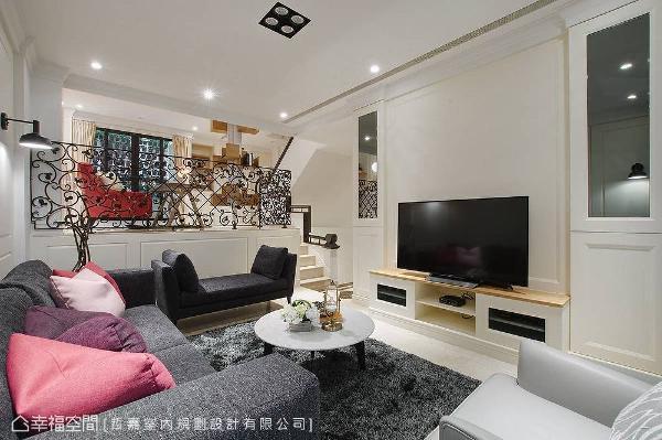 电视墙加入灰镜形成对称语汇,藉由反射特性放大视觉感。开放明亮的空间内,善用错层设计无形中界定出生活场域。