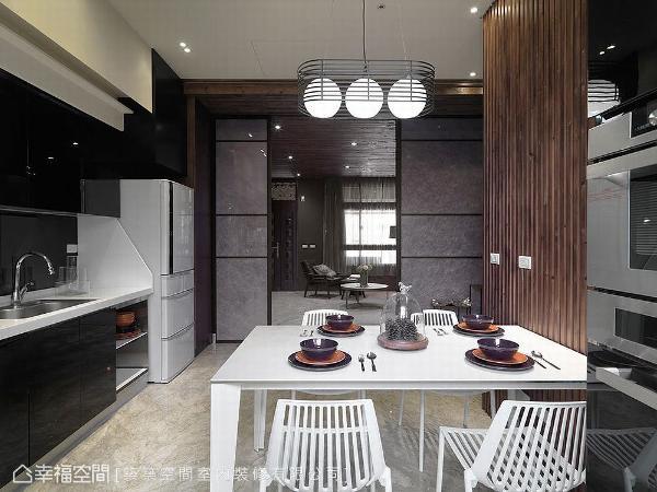 与家人品尝美食,是整天最幸福的时刻,林和昌设计师完成屋主梦想,连结餐厅与厨房空间,让使用机能与出餐动线更完善及顺畅。