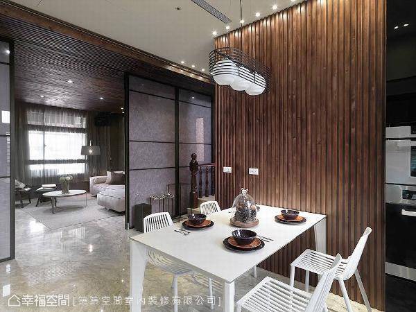 轻轻施展线条魔法,展演在餐厅主墙、餐椅与灯饰的造型上,用垂直及水平的线条,呈现餐叙时的视觉意象。