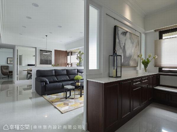 林绎宽设计师掌握空间比例,拉出开阔尺度,再运用家饰美学为空间修饰出浓淡合宜的空间清爽妆容。