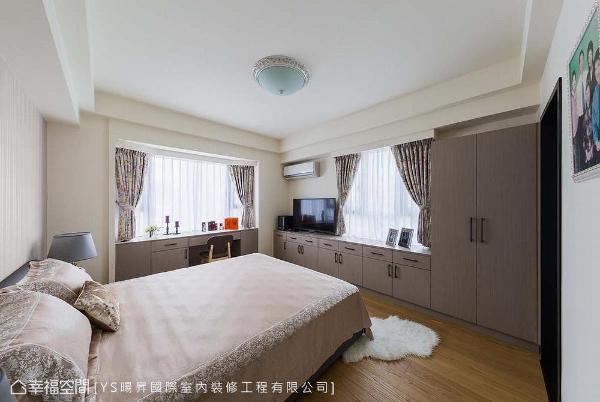 床头主墙以壁纸铺排使整体立面表情更为丰富,清爽利落的柜体满足卧房内的储物机能。