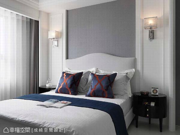 主卧空间以均衡对称的线板、壁灯及床头柜,演绎新古典雍容的态度,谱奏曼妙的空间乐章。