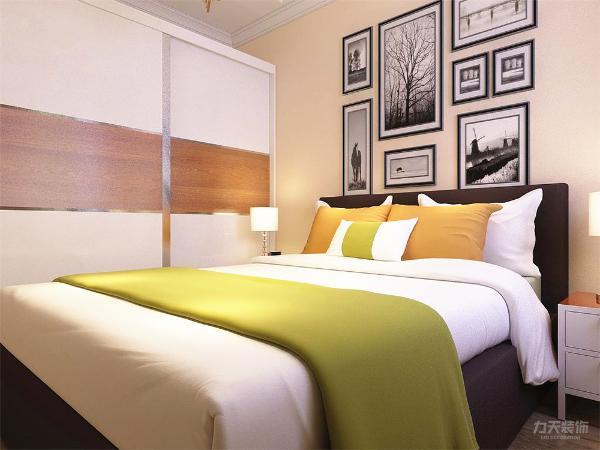 两个卧室面积相似,若想针对一家三口进行设计可设计性性比较大,要注意的是那个小一点的卧室自然采光可能较弱,在设计时应注意