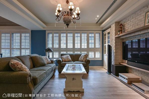 装设白色实木百叶窗筛落自然光束,加入女主人喜爱的蓝色作搭配,增加空间层次变化性。