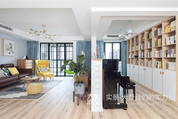 客厅里隔出了一个开放式书房,书柜里琳琅满目的书籍是陶冶一家人情操的精神食粮,钢琴和吉它可以使一家人度过很多丰富多彩的业余时间。