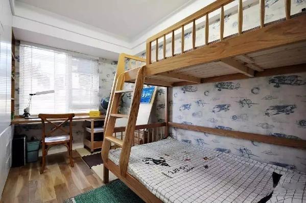 儿童房的设计比较实用简单,木色的地板和实木床,仔细看墙面,是通铺的飞机壁纸,可以给小孩营造一种轻松舒适的氛围。