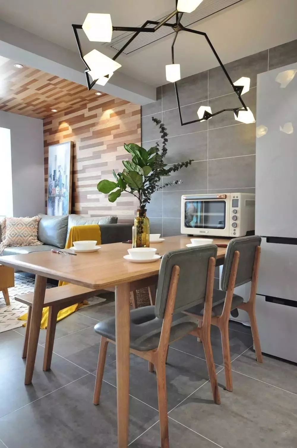简约 北欧风格 二居 旧房改造 餐厅图片来自极装吉住装修在85㎡美酷小空间,地板上墙还上天的分享