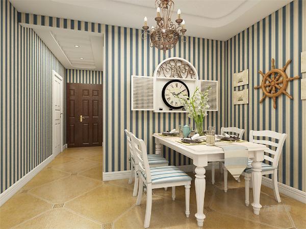 餐厅空间较小,在餐厅背景墙上挂了一些画和装饰品装饰,在餐厅的另一面墙上放了一个钟。