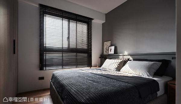 有别于公领域的清新活泼感,主卧室改以灰色调铺陈,营造出沉静安定氛围。