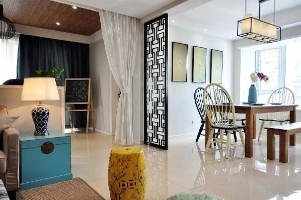 客餐厅之间,装着一道黑木质感的屏风隔断,搭配一套简洁舒适的餐桌椅,显得精致又情调;