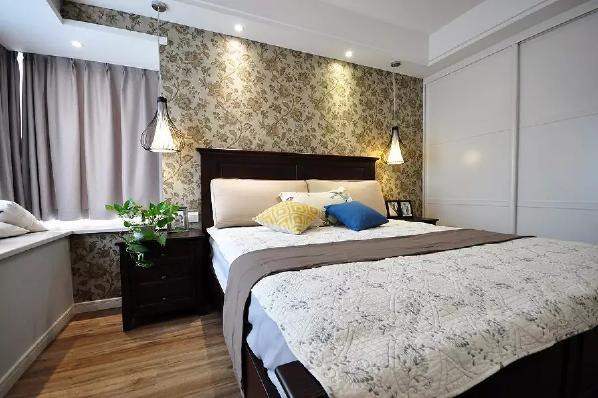 主卧床头贴上稳重优雅格调的壁纸,搭配上温馨惬意的床与情调的飘窗,整体显得舒适又情调精致;