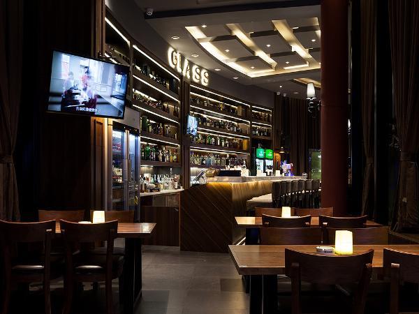 现代社会生活的压力很大,人们都需要一个安宁、娱乐的休闲场所,半弧形的吧台一目了然,内嵌式酒柜有着丰富多样的藏酒,让来酒吧消费的人群可以真正的得到放松。