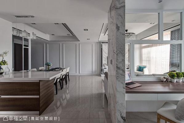 以干净而均衡的线条作为空间主角,描摹业主喜爱的简约风格,同时以天花板黑框凸显层次,木质色暖化空间。