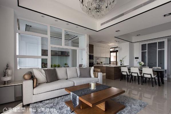 以灰、白为基底的布沙发是设计师陈伟立提供给业主的建议,可让温柔舒适的订制家具丰富家居表情。
