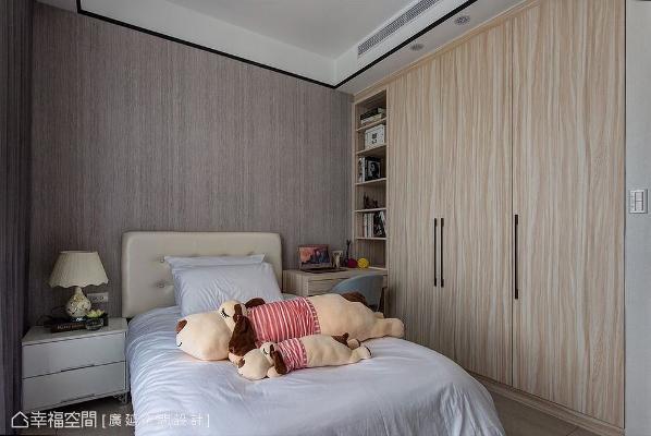 以自然调性的木纹壁纸作为空间主轴,呈现清爽明快中带活泼的简约美感,并以垂直线条挑高场域。
