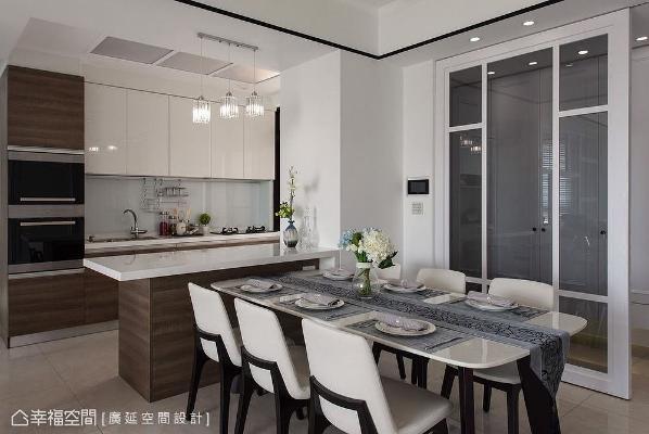 以一字型开放式厨房搭配出餐台,广延设计将厨房紧邻餐桌让生活动线更流畅,经营亲子欢乐的备餐、用餐时刻。