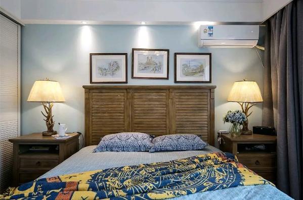 蓝色与原木色为主卧的主要色彩搭配,然后再搭配颜色丰富的床单,营造出一种清新、温柔又淡雅的卧室;