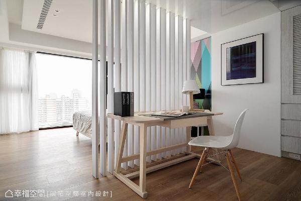 屋主原先希望卧室内能有一间更衣室,但受限于空间条件,在演拓空间设计建议下改以格栅屏风做区隔,设置衣柜与桌子,便能成为更衣、梳妆的空间,还兼具阅读区功能。