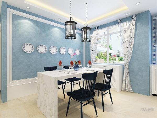 餐厅的吊顶为回子形的样式,使空间更有层次感,因家具和餐桌背景墙从颜色到样式都很死板,所以采用了一个很有特色的窗帘,使空间有了活力,餐厅和厨房临近的厨房之间有面墙