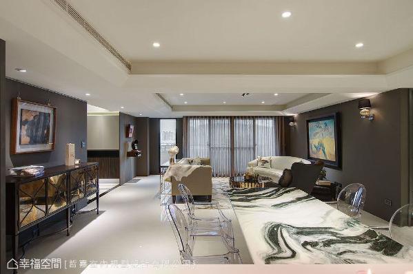 自厨房望去,先是富足的用餐盛况与艺术品的人文风雅,紧接客厅的笑语晏晏,最后连结窗外美景完美做结。