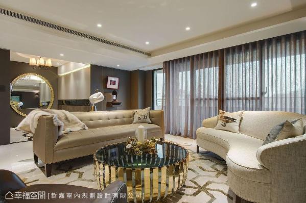 建议业主选购浅色进口家具,柔和的线条与材质更能软化空间调性,在欣赏窗景与艺术品时更添惬意。