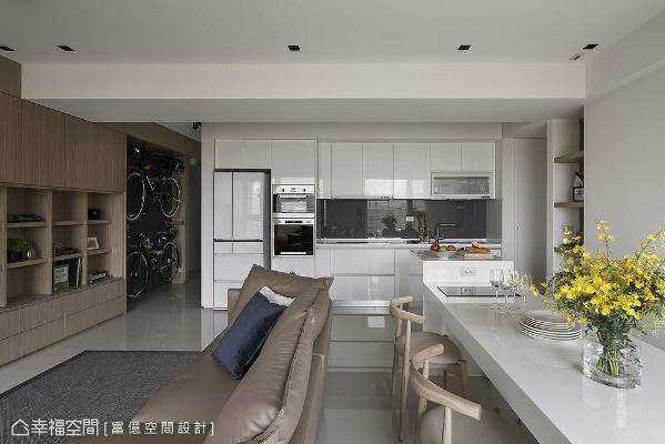 拉出厨房至客餐厅区,以开放式格局增加使用面积,搭配白色亮面造型厨具,明亮开阔感立刻浮现。