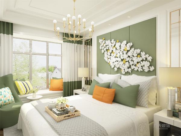 主卧整个色彩非常的鲜艳,色彩的碰撞使得整个卧室更多人眼球,加上线条感明显的沙发,使得卧室略显沉稳大气。