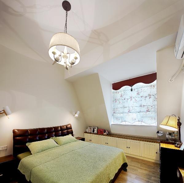 主人房的空间,一如客厅的干净明亮,不规则的空间感,造就空间不一要的感觉,这是当初女主人喜欢这个家的最大的原因。