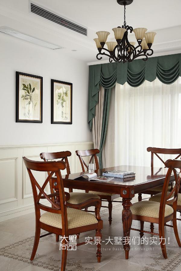 餐厅采用了与客厅同款的窗帘,使整个客餐厅空间达到高度统一,墙上的绿叶装饰画,舒适的木质餐桌椅,带来了用餐的好心情。