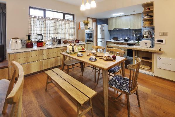 从餐厅看向厨房,小小的吧台起到了连接与分开厨房与餐厅的功能。让彼此有各自的空间功能,又如此的紧密的靠在一起。在这里更多起到了早餐台的作用。