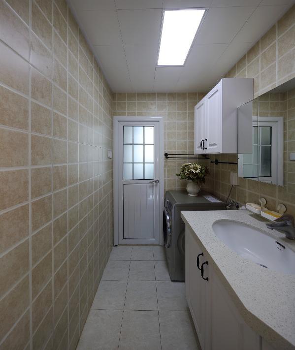 家中只有一个卫生间,我们从空间上把这个地方规划成二个独立的空间,一半为洗澡与厕所功能,另一半为开放式的洗手台与洗衣间的功能了,洗手台开放的设计是为了更好的吻合人的生活习惯。