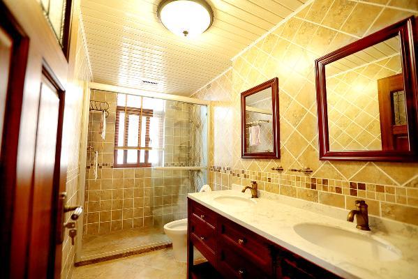 卫生间一角,双人盆的设计是为了更适合年青的主人需求,菱形铺贴的仿古砖,加上马赛克的小腰线,古铜的水龙头配上沉稳的木色柜子,让整体的卫生间风格也延续下来。