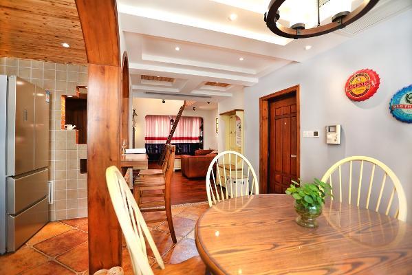 站在餐厅的一角望向客厅的全景全貌,米白色的餐椅很好的调和了空间的重色,浅色的窗帘也在减弱着家具的重感,空间的协调就是如此的重要在点滴中,在细节中…
