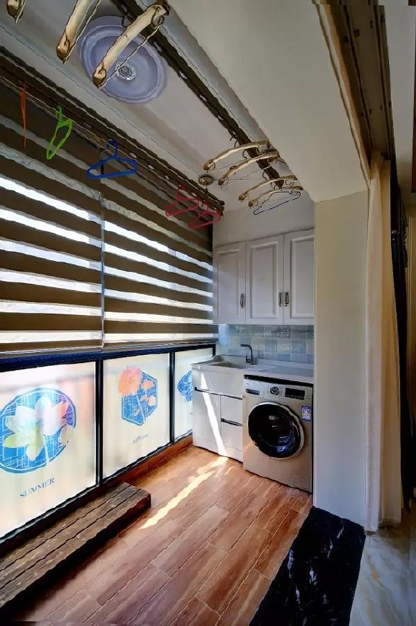 阳台装了双排的升降式晾衣杆,封闭式的阳台,打通了内部空间后整体显得格外的舒适大气。