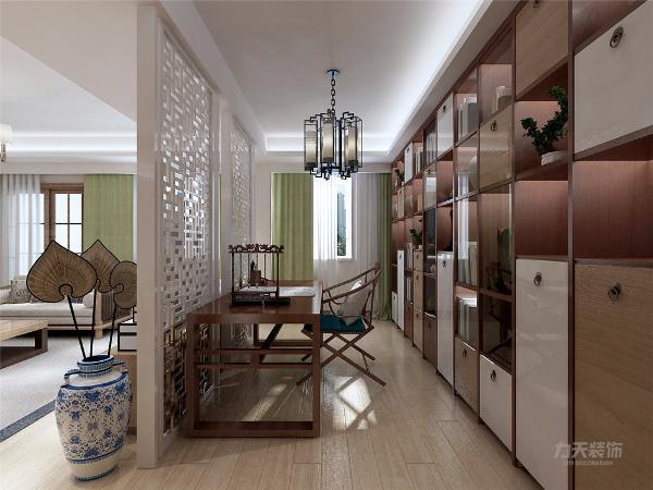 玄关有储物柜,节省储物空间,布局合理。玄关位于入户门位置,空间较小但足够使用。