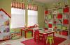 """一年或两年后,没有什么像装饰你的孩子的游戏室,只能听到他们""""长大了""""。为了防止每年改变您的游戏室装饰,考虑添加颜色与配件。您可以添加不同的彩色元素,使整个房间在一起,而无需画墙壁或完全改变房间的外观。"""