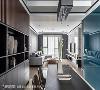 抬头往客厅望去,天花板四周滚黑边直纹线条,犹如高级订制服般收边方式,拥有修饰空间延伸视觉的作用。
