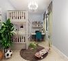 整个空间多采用简洁明朗的线条,在家具的采用白色系列,在灯具的采用上是金属感强的吊灯,窗帘运用的是白色和灰色的窗帘,使整个空间更加和谐,墙面采用的为黄色,使空间更加沉稳内敛,整体打造了温馨现代气息。