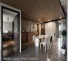 矮柜上方做为展示台面,墙面覆上特殊涂料展现原始粗犷感;刻意降低天花高度隐藏空调管线,搭配木皮质材注入一丝自然朴质感。