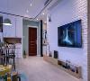 电视墙以白色文化砖打造,结合上方的鹿头与原木电视柜,整体简洁又文艺大方;
